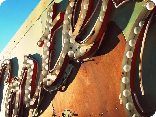 vía:www.taringa.net. Cementerio luces de Neón. We Boho