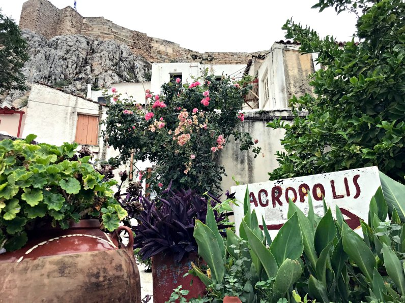 A sign directing people to the Acropolis.