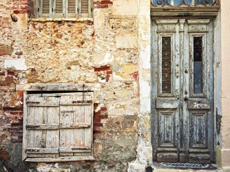 An old facade and door with crackling paint in the Topanas district.